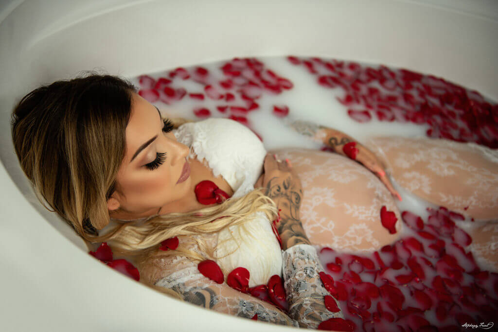 maMaternity milk bath session with roses